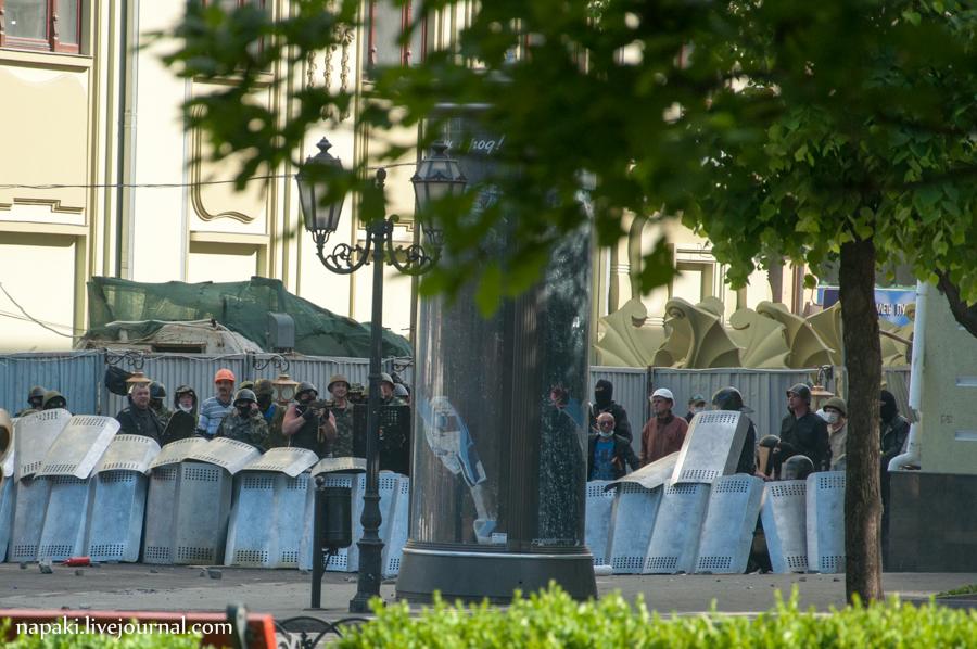 На фото: пророссийские боевики стреляют по защитной линией из милиционеров / источник: napaki.livejournal.com