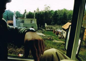 Типичный вид из окна грузовика Workers' Aid в 1994 году: деревня в центральной Боснии, пережившая этническую чистку