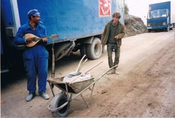 Этот дорожный рабочий, боснийский серб, опровергая карикатурное утверждение, будто все сербы поддерживали Караджича, бесплатно работал на дорогах в районе горы Миланкович, расчищая путь для помощи.