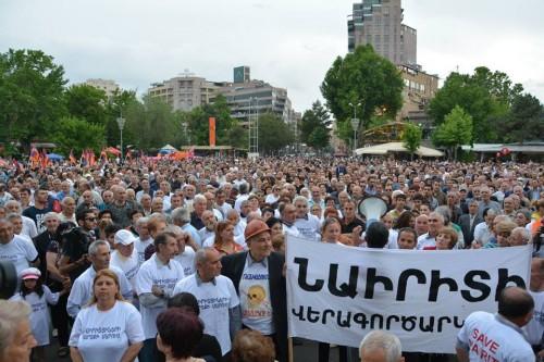 """Надпись на банере: """"Перезапуск Наирита"""". Уволенные работники завода """"Наирит"""", протестующие на протяжении года с требованием погасить крупные задолженности по зарплате, также присоединились к шествию."""